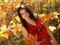 Muchacha en parque del otoño Imágenes de archivo libres de regalías