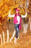 Muchacha en parque del otoño Foto de archivo