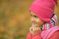 Muchacha en parque del otoño Imagenes de archivo