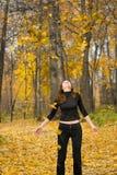 Muchacha en parque del otoño Imagen de archivo libre de regalías