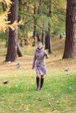 Muchacha en parque del otoño Foto de archivo libre de regalías