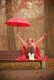 Muchacha en parque del otoño que disfruta de la bebida caliente Imagenes de archivo