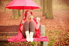 Muchacha en parque del otoño que disfruta de la bebida caliente Fotos de archivo
