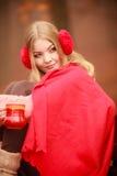 Muchacha en parque del otoño que disfruta de la bebida caliente Foto de archivo