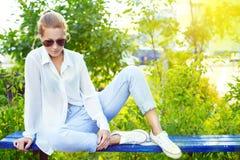 Muchacha en parque en el sol Fotos de archivo libres de regalías