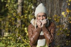 Muchacha en parque en otoño Imagenes de archivo