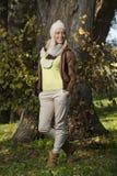 Muchacha en parque en otoño Imagen de archivo libre de regalías