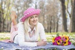 Muchacha en parque en primavera Fotografía de archivo