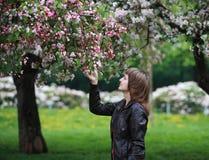 Muchacha en parque floreciente Imagen de archivo libre de regalías