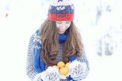 Muchacha en parque nevoso del invierno Foto de archivo