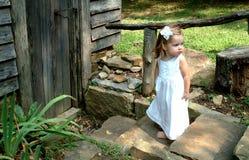 Muchacha en pasos de progresión de la cabina Fotografía de archivo libre de regalías