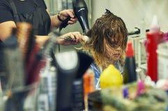 Muchacha en peluquería de caballeros Imágenes de archivo libres de regalías