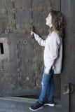 Muchacha en perfil en un fondo de una puerta vieja Foto de archivo