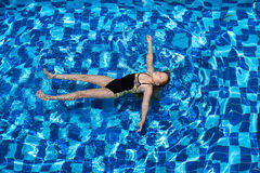 Muchacha en piscina Fotos de archivo