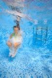 Muchacha en piscina Foto de archivo libre de regalías
