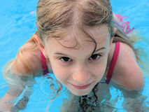 Muchacha en piscina Imagen de archivo libre de regalías