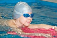 Muchacha en piscina imagenes de archivo