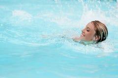 Muchacha en piscina Fotografía de archivo libre de regalías