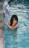 Muchacha en piscina con el molde Imagenes de archivo