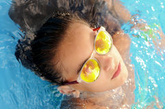 Muchacha en piscina con las gafas de sol Fotos de archivo libres de regalías