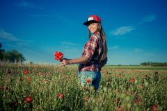 Muchacha en Poppy Field imagen de archivo