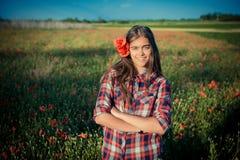 Muchacha en Poppy Field foto de archivo