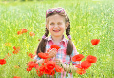 Muchacha en prado rojo de la amapola de la flor Imagenes de archivo