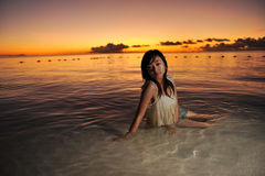 Muchacha en puesta del sol Fotos de archivo