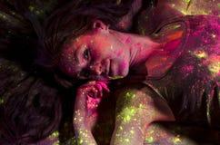 Muchacha en puntos coloridos de las pinturas en Holi Foto de archivo libre de regalías