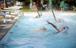 Muchacha en raza de la gala de la natación Fotografía de archivo libre de regalías