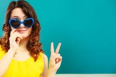 Muchacha en retrato azul de las gafas de sol Foto de archivo libre de regalías