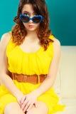 Muchacha en retrato azul de las gafas de sol Fotos de archivo