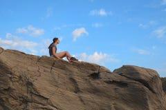 Muchacha en roca Fotografía de archivo libre de regalías