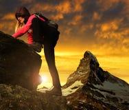 Muchacha en roca Foto de archivo