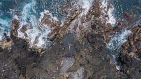 Muchacha en rocas Fotos de archivo libres de regalías