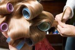 Muchacha en rodillos del pelo Imagen de archivo