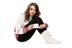 Muchacha en ropa crocheted con la taza de café imagen de archivo