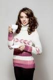 Muchacha en ropa crocheted con la taza de café Foto de archivo