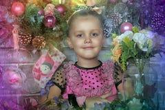 Muchacha en rosa en la Navidad Foto de archivo