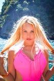 Muchacha en rosa, mar cielo, pelo Imagen de archivo