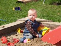 Muchacha en sandpit Fotos de archivo libres de regalías