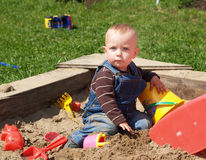 Muchacha en sandpit Imagen de archivo libre de regalías
