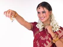Muchacha en sari de seda roja en postura de la explotación agrícola Fotos de archivo libres de regalías