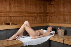 Muchacha en sauna fotos de archivo