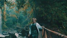 Muchacha en selva tropical de la selva tropical