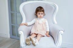 Muchacha en silla moderna fotografía de archivo libre de regalías