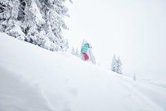 Muchacha en snowboard backcountry Imagen de archivo