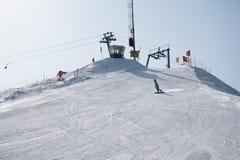 Muchacha en snowboard en cuesta de montaña Foto de archivo libre de regalías