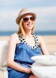 Muchacha en sombras en café en la playa Foto de archivo libre de regalías