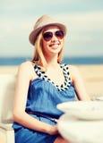 Muchacha en sombras en café en la playa Imágenes de archivo libres de regalías